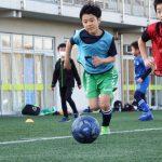 ドリブルのコツを学んでボールコントロールの達人になる!低学年クラス練習風景